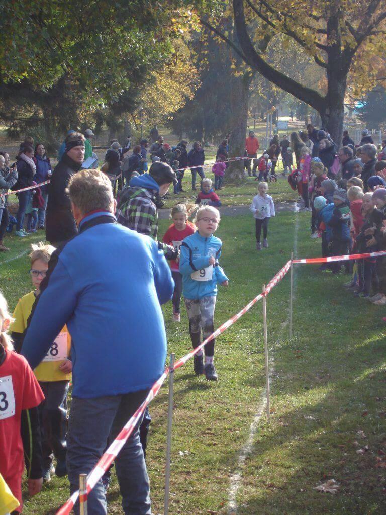 Zieleinlauf bei den 7-Jährigen mit Frida Heim auf Platz 13